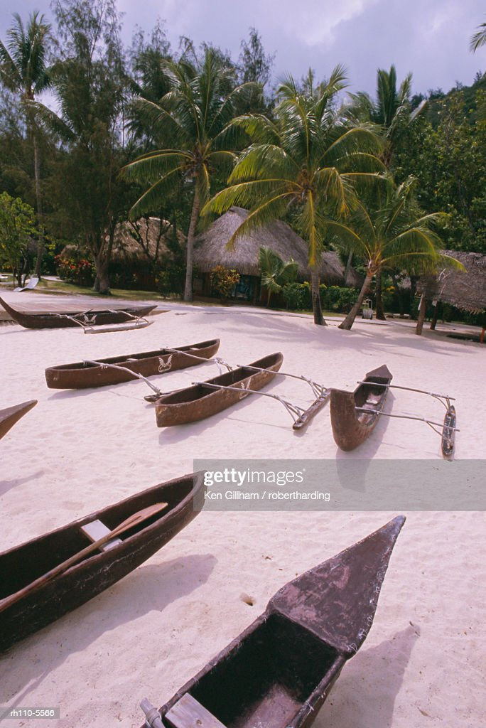 Outriggers on beach, Hotel Sofitel Marara, Bora Bora, Tahiti, Society Islands, South Pacific, Pacific : Foto de stock