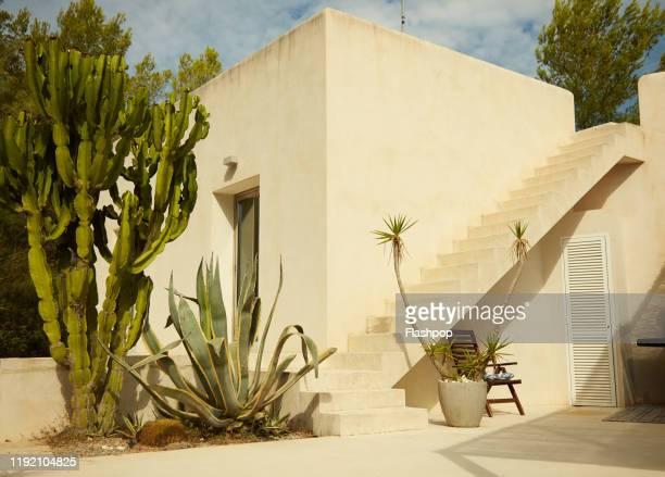 outside a luxury spanish villa - culture méditerranéenne photos et images de collection
