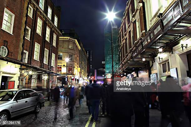 outside a theatre on shaftesbury avenue in the evening - ロンドン ソーホー ストックフォトと画像