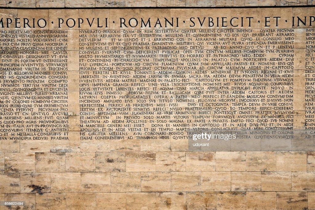 Äußere Inschrift von Ara Pacis, Augustus Denkmal in Rom : Stock-Foto