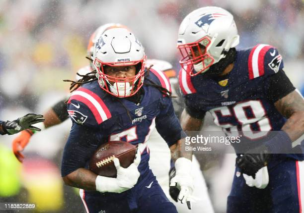 Outside linebacker Dont'a Hightower of the New England Patriots recovers a fumble for a touchdown in the first quarter of the game against the...