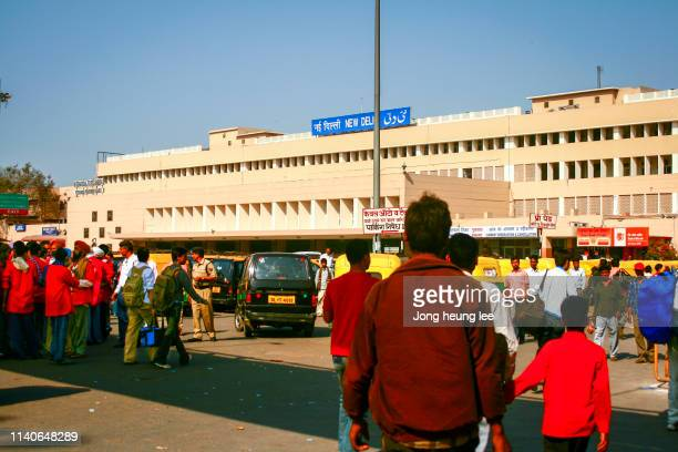 outside new delhi railway station - jong heung lee stock pictures, royalty-free photos & images