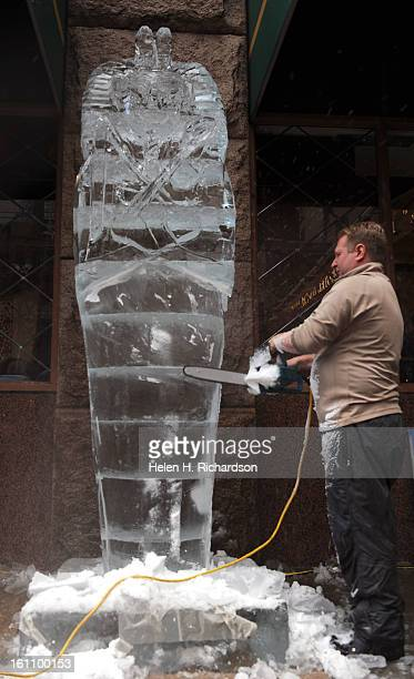 Outside of the hotel Robert Meitzer of Aesthetic Ice uses a chain saw to create a King Tutnkhamun in ice He and partner Craig Winter used 12 300lbs...