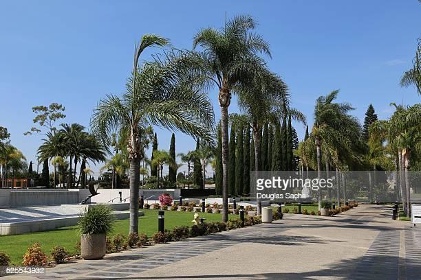 outside prayer garden at christ cathedral, diocese of orange county, garden grove, california, usa - crystal cathedral stockfoto's en -beelden