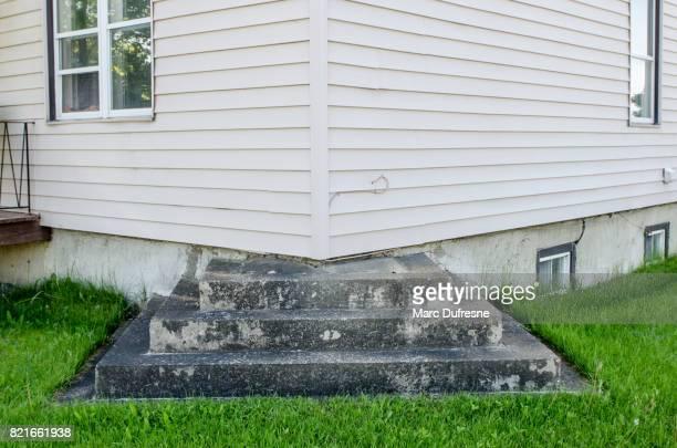 buiten residentiële stap leidt tot hoek van huis met geen enkele deur - oops stockfoto's en -beelden