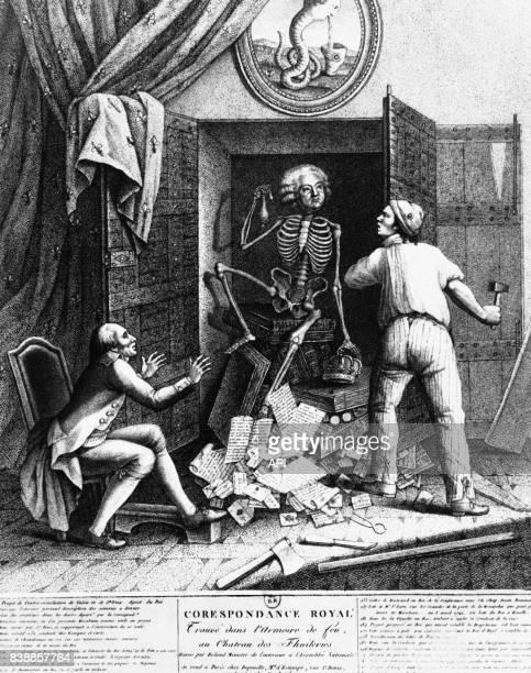 Ouverture de l'armoire de fer révélant les correspondances de Louis XVI avec Mirabeau, au palais des Tuileries à Paris, en France.