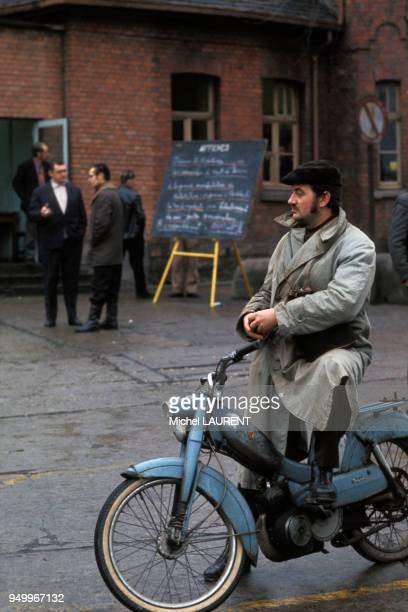 Ouvrier quittant son travail sur sa mobylette en France dans les années 70. Circa 1970.