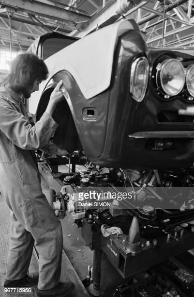 Ouvrier sur une chaîne de montage à l'usine Rolls-Royce le 18 avril 1973 à Londres, Royaume-Uni.