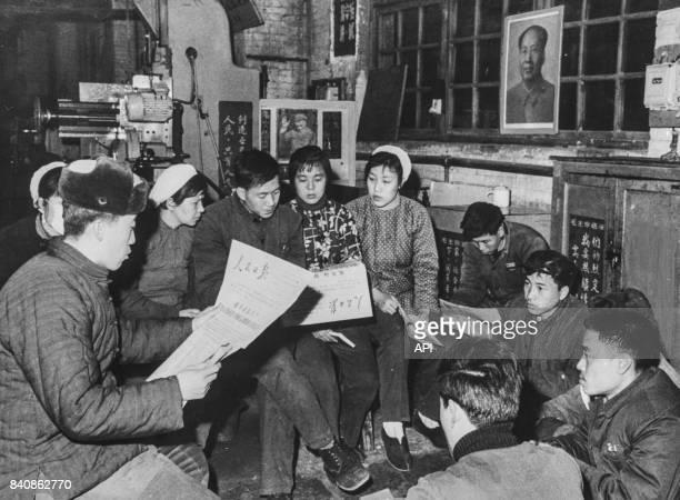 Ouvriers d'une usine de Pékin étudient la pensée de Mao en critiquant le révisionnisme le 18 janvier 1967 Chine