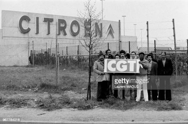 Ouvriers en grève brandissant une pancarte CGT devant l'usine Citroën le 27 avril 1982 à Aulnay-sous-Bois, France.