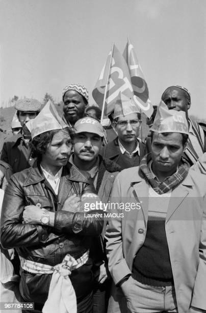 Ouvriers en grève manifestant à l'usine Citroën le 28 avril 1982 à Aulnay-sous-Bois, France.