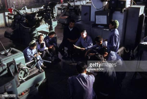 Ouvriers en réunion dans une usine de Luoyang, en novembre 1979, Chine.