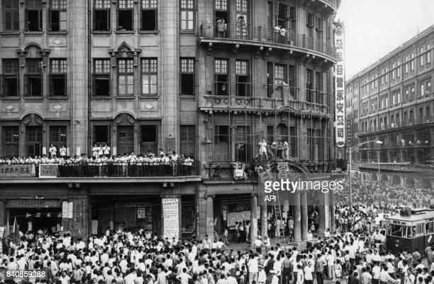 Ouvriers et Gardes rouges remplacent l'enseigne d'un magasin le 3 octobre 1966 à Shanghai Chine