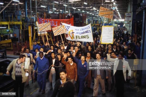 Ouvriers grèvistes des usines Renault avec des banderolles du syndicat CGT en avril 1982 à Aulnay-sous-Bois, France.