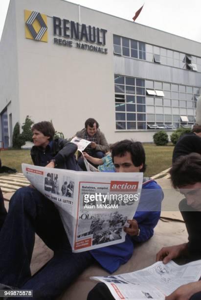 Ouvriers grévistes des usines Renault lisant le quotidien 'Action' en juin 1978 à Cléon en France