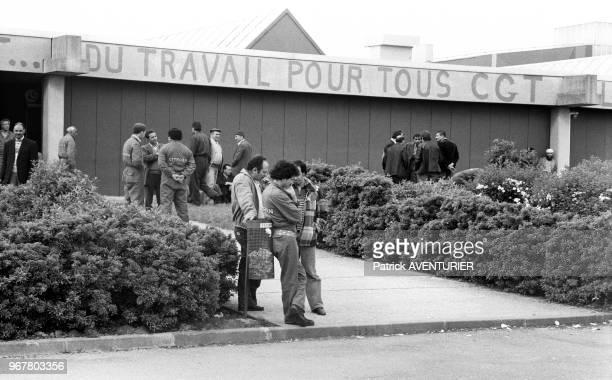 Ouvriers lors de l'occupation de l'usine Citroën d'Aulnay-sous-Bois pendant une grève le 17 mai 1984, France.