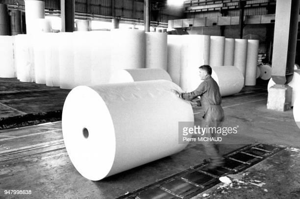Ouvriers travaillant dans une papeterie en France en 1988