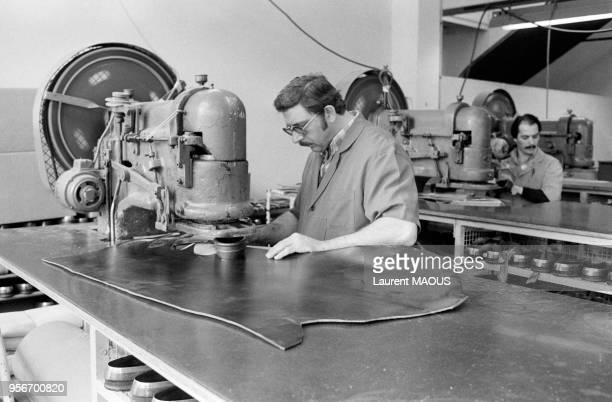Ouvriers travaillant le cuir à l'usine de chaussures Charles Jourdan en mai 1978 à Romans France