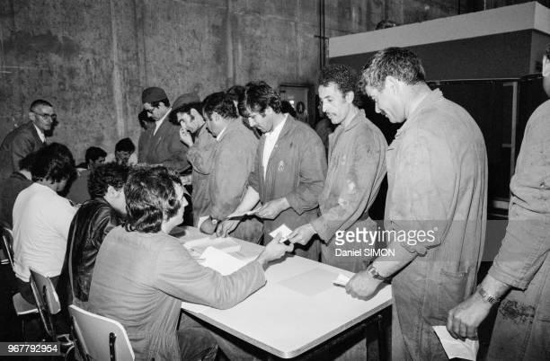 Ouvriers votant lors des élections professionnelles à l'usine Citroën d'Aulnay-sous-Bois le 22 juin 1982, France.