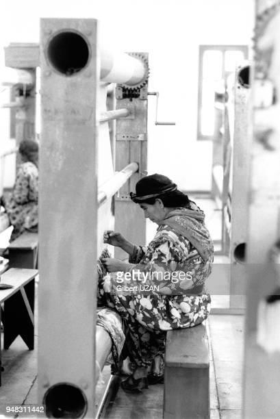 Ouvrière dans une usine de filature en avril 1975 dans le village d'Ouadhia en Kabylie Algérie