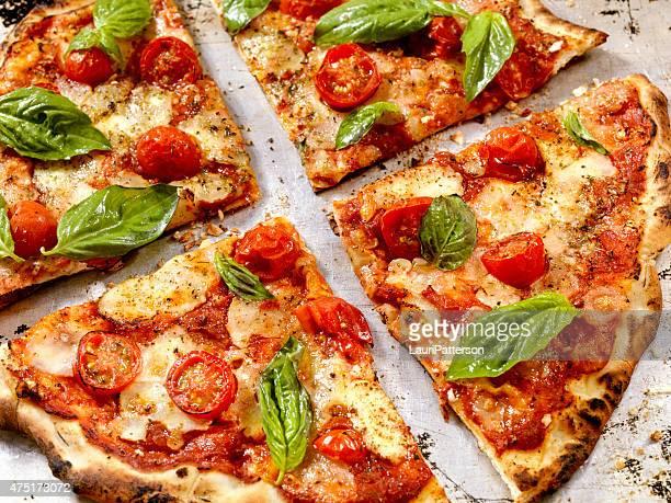 forno オーブンピザマルゲリータピザ、 - ペストリー生地 ストックフォトと画像