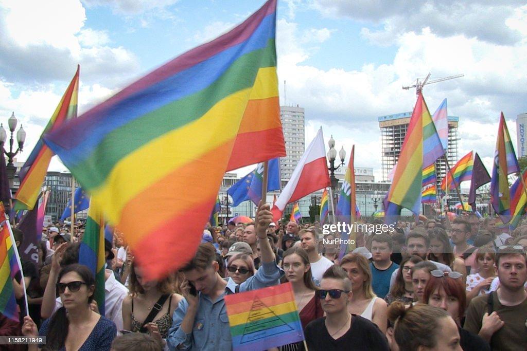 Gather In Warsaw In Support For LGBT Rights : Nachrichtenfoto