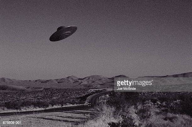 ufo over mojave desert, california, usa (b&w) - ovni - fotografias e filmes do acervo