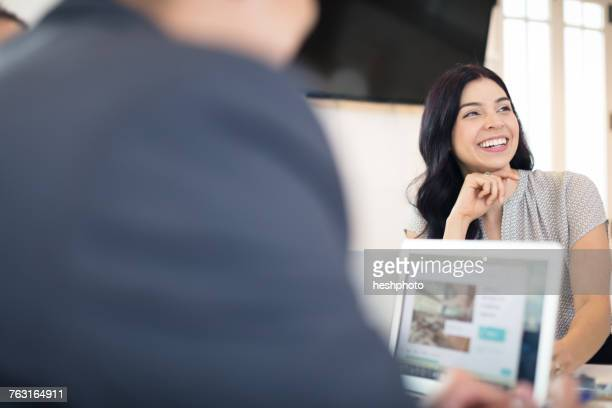 over shoulder view of young businesswoman at office desk - heshphoto foto e immagini stock