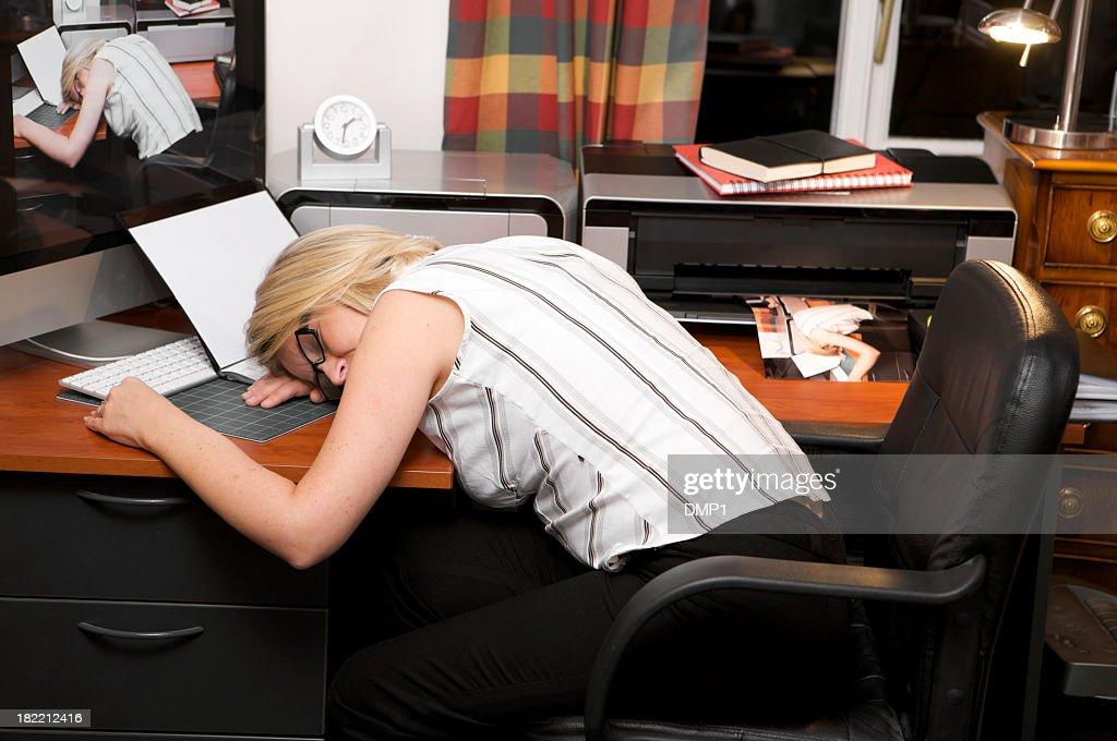 Plus travaillé femme daffaires dormir au bureau de la réception en