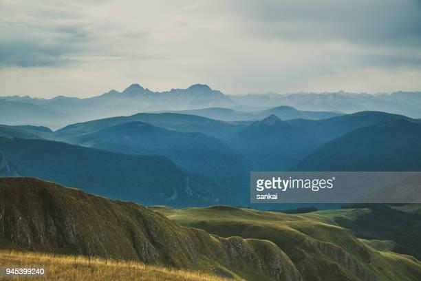 曇った空と丘や山々 のカスケード山脈を覆う低霧 - カスケード山脈 ストックフォトと画像