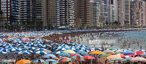 overcrowding at levante beach - benidorm foto e immagini stock