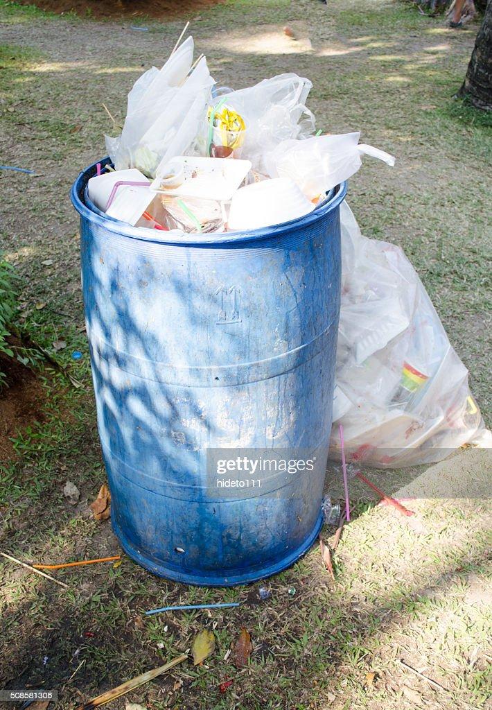 そしてグリーンのゴミ容器 : ストックフォト