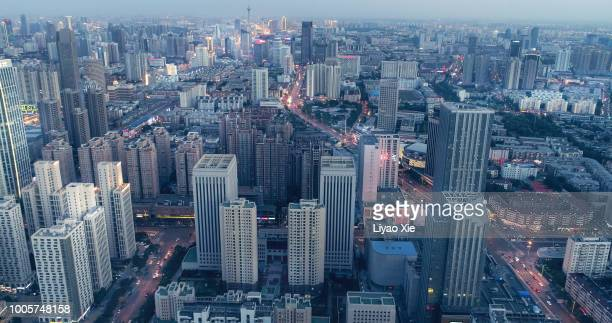 overhead aerial flight over rooftops skyscrapers - liyao xie stock-fotos und bilder