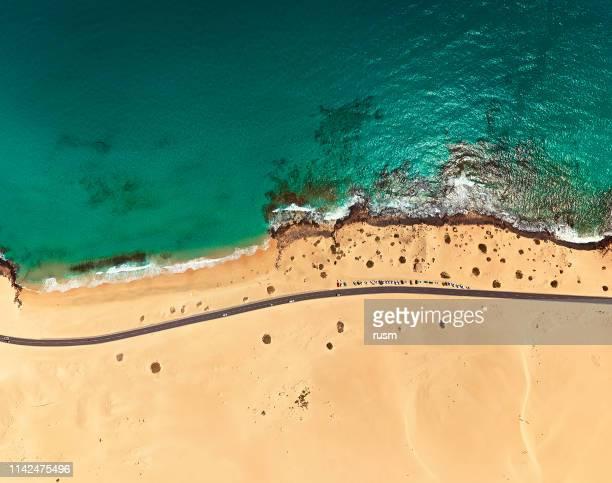 vista aérea de la playa en el parque de corralejo, fuerteventura, islas canarias - islas canarias fotografías e imágenes de stock