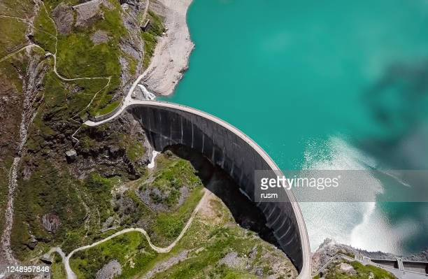 overhead aerial view of stausee mooserboden dam, kaprun, austria - reservoir stock pictures, royalty-free photos & images