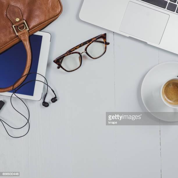 オフィスの机のオーバーヘッドのビジネス角度静物します。