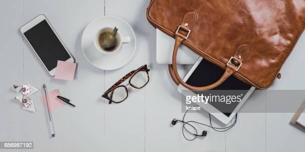 ângulos de negócios indiretos ainda vida de mesa de escritório - bolsa rosa - fotografias e filmes do acervo