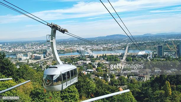 overhead cable car towards portland city - overhead cable car stock pictures, royalty-free photos & images