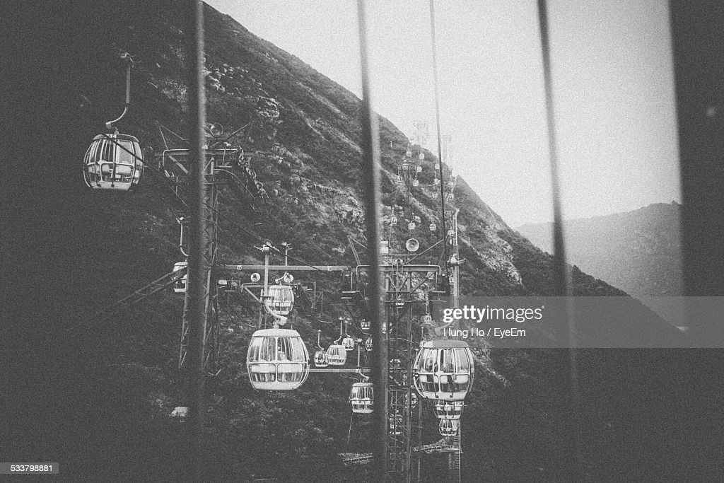 Overhead Cable Cars At Mountain : Foto stock
