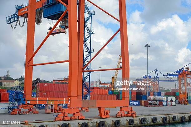 "overhead gantry cranes in the port of haydarpasa container terminal - ""sjoerd van der wal"" stockfoto's en -beelden"