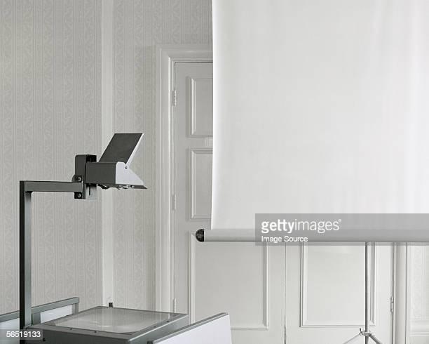 overhead projector and screen - overheadprojector stockfoto's en -beelden