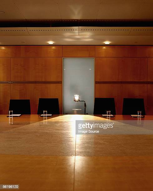 overhead projector in empty office - overheadprojector stockfoto's en -beelden