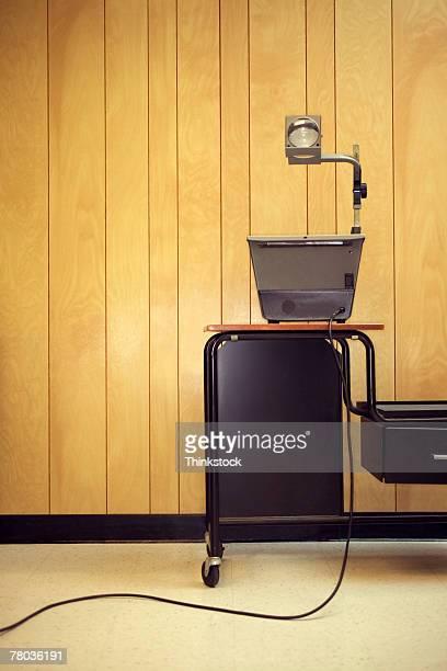 overhead projector on cart - overheadprojector stockfoto's en -beelden