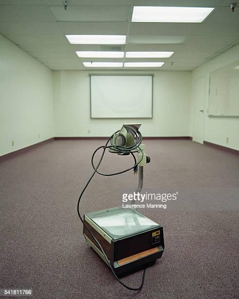overhead projector resting on floor - overheadprojector stockfoto's en -beelden