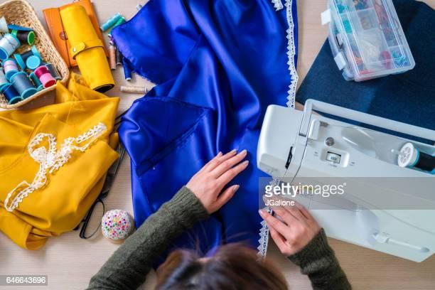 ファッション ・ デザイナーのオーバー ヘッド ショット - 自家製 ストックフォトと画像