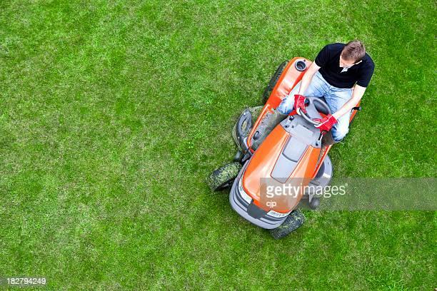 Vue de haut de Jardinier Tondre la pelouse avec Tondeuse à Via