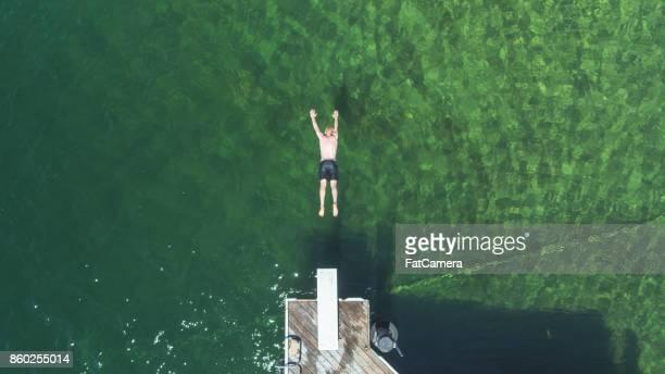 Overhead Schuss von jungen männlichen eintauchen in Seewasser