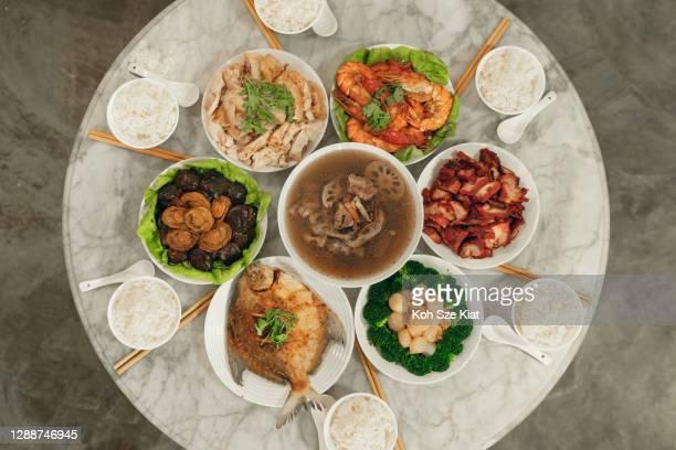 de mening van de overhead van een chinees diner van de de reünie van het nieuwjaar - fish love stockfoto's en -beelden