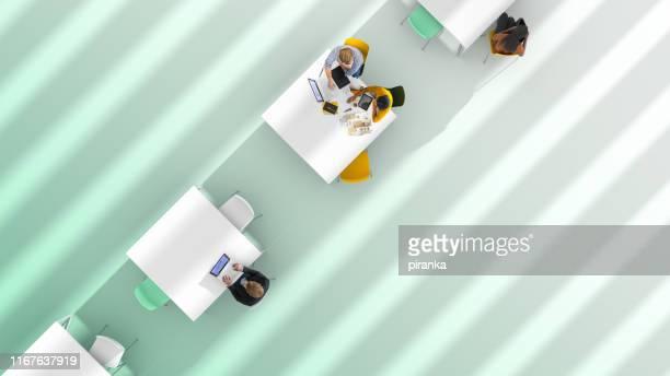 bovenaanzicht van een kantooromgeving - gekanteld stockfoto's en -beelden