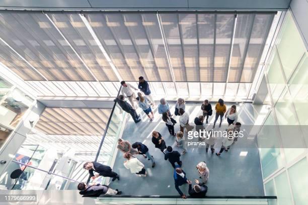 vue aérienne des gens d'affaires au travail - grand angle photos et images de collection